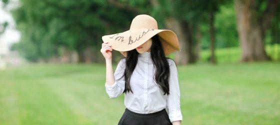 一頂絕對夏日的草帽 戴上「我很忙」的時尚態度